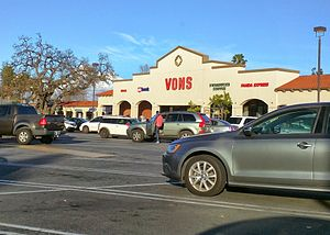 Vons - VONS store (Woodland Hills, CA) before closing and reopening late 2015 as Haggen, then shutting down and remodeling in 2017 as Bristol Farms