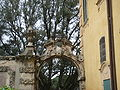 Villa la pietra, pomario, ingresso stemma capponi.JPG