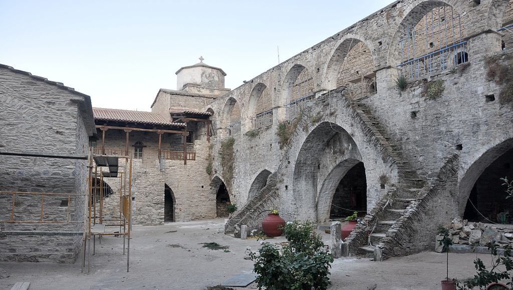 Vronta monastery inner courtyard.JPG