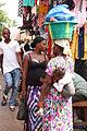 Vrouw met emmer op haar hoofd Gambia.jpg