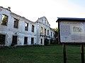Włodowice, ruiny pałacu i tablica informacyjna.JPG