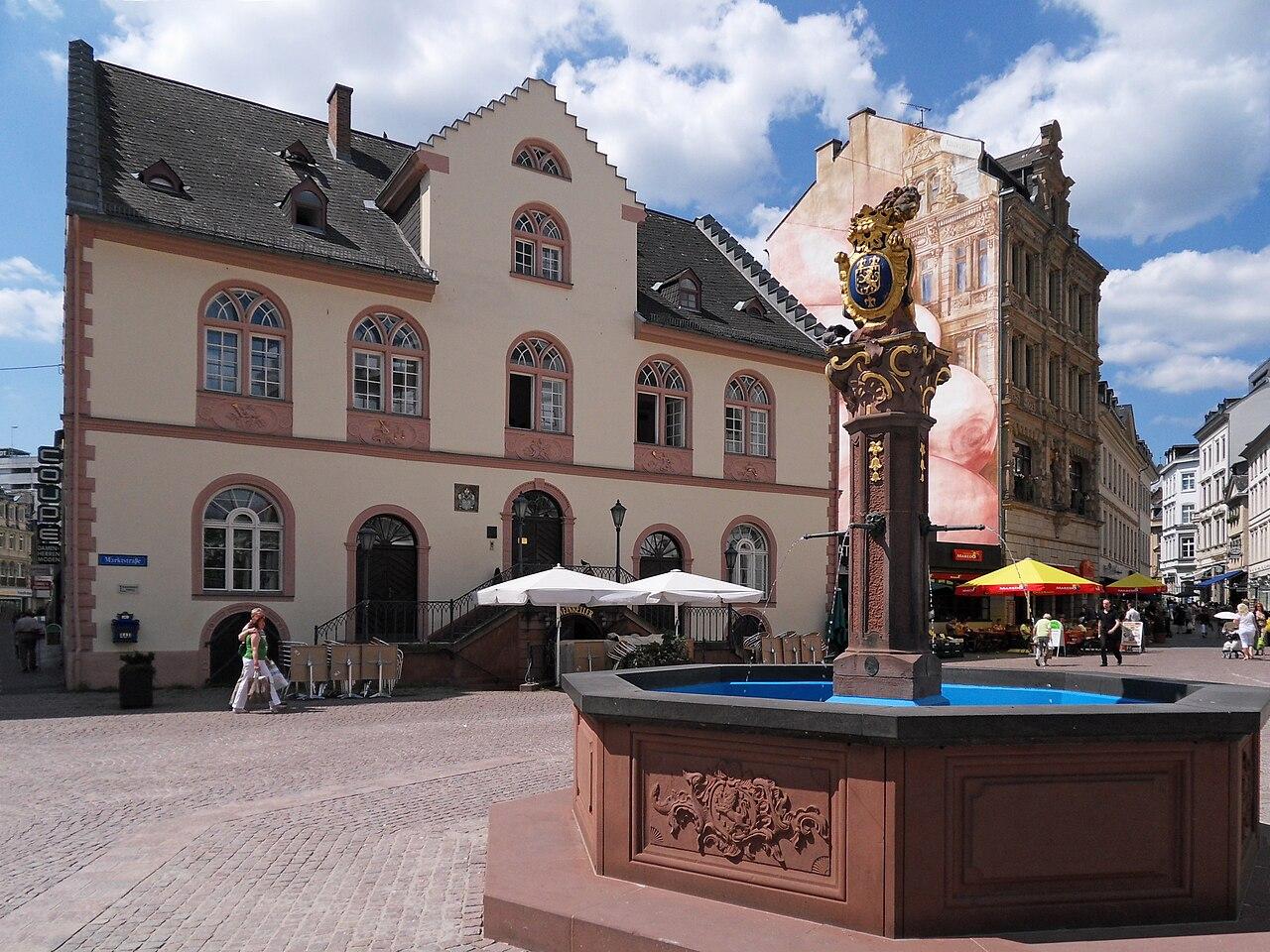 WiesbadenMarktbrunnenAltesRathaus2.jpg