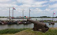 Woudrichem, historische haven met kanon bij de Stadshaven-Rijkswal foto7 2016-06-19 12.47.jpg