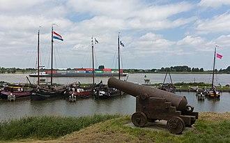 Woudrichem - Image: Woudrichem, historische haven met kanon bij de Stadshaven Rijkswal foto 7 2016 06 19 12.47
