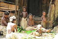 Yaohnanen Frauen kochen und Betreuung ihrer Kinder