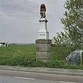 Zandstenen banpaal op een geblokt bakstenen postament en bekroond door een schildhoudende leeuw - Westwoud - 20406675 - RCE.jpg