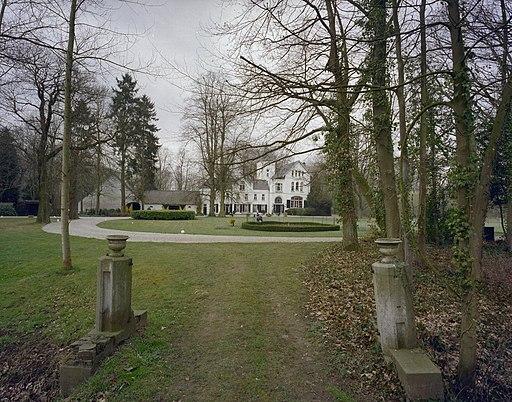 Zicht op de voorgevel van het herenhuis met links de schuur, gelegen te midden van park - Sint Odiliënberg - 20407450 - RCE