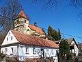 Zruč nad Sázavou, Pod Baštou 12 a 79 a kostel Povýšení svatého Kříže.jpg