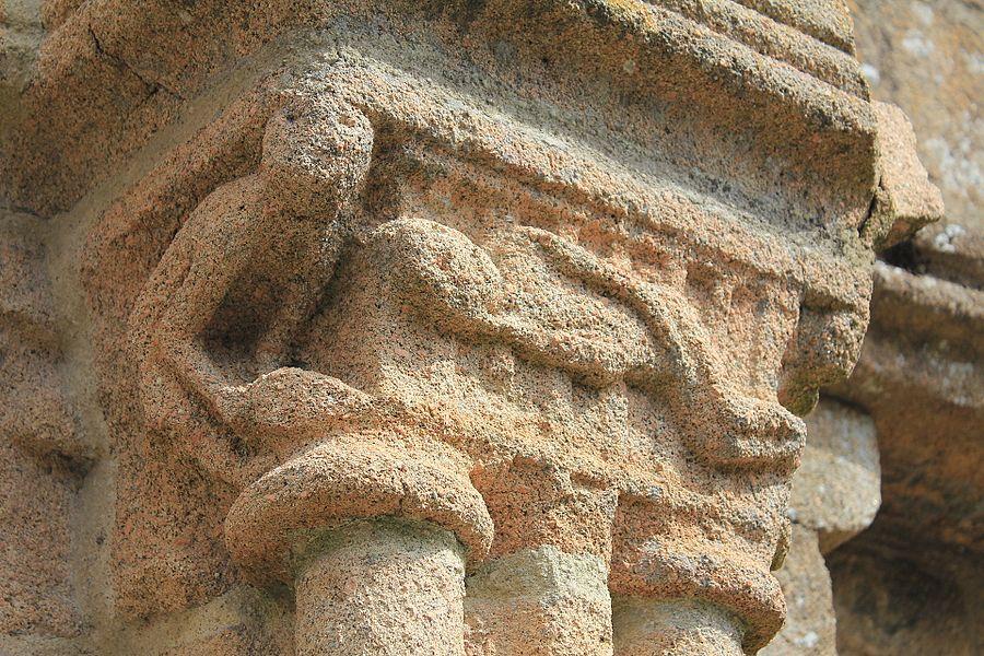 Église Notre-Dame-de-Joie de Merlevenez, France. Portail donnant sur le transept sud: détail.