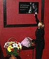 Инна Чурикова возлагает цветы.jpg