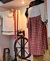 Прялка с колесом и старинная одежда в музее.jpg