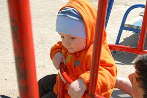 Ребенок на детской площадке.jpg