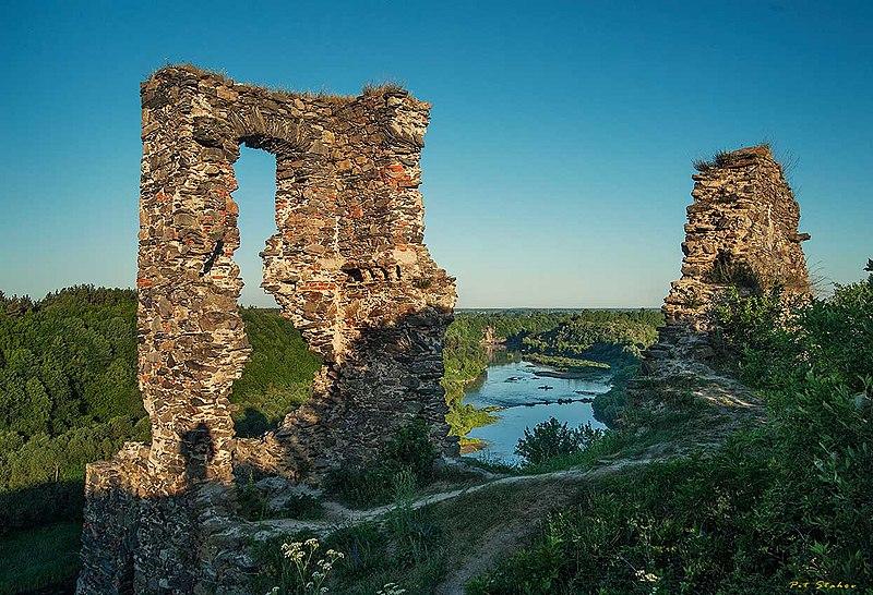 Руїни замку в Губкові на світанку (автор фото Pit stahov, вільна ліцензія cc by-sa 4.0)