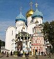 Свято-Троицкая Сергиева лавра Перед Успенским собором.jpg