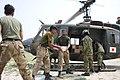 UH-1から物資を降ろす陸自隊員とパキスタン軍兵士 R 国際平和協力活動等(及び防衛協力等) 21.jpg