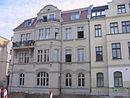 Mietwohnhaus mit Einfahrtstor