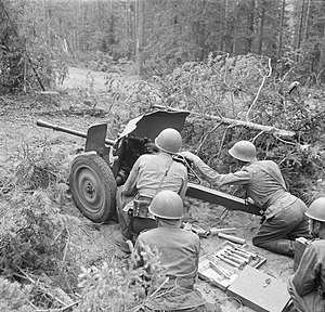 25 mm Hotchkiss anti-tank gun - Finnish troops crew a model M/34, July 1941