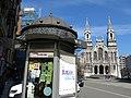 262 Plaza de la Merced (Avilés), quiosc, al fons l'església nova de Santo Tomás de Canterbury.jpg