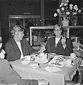 Ada Kok (r). en Klenie Bimolt terug uit USA, hier in restaurant op Schiphol, Bestanddeelnr 918-6509.jpg