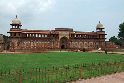 Agra-Fort-gardens-102.JPG