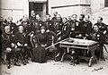 Alfonso, María Cristina y los miembros de su Cuarto Militar.jpg