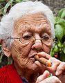Anciana fumando Tabaco.jpg