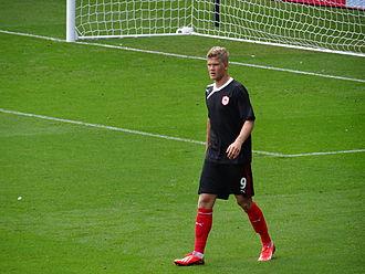 Andreas Cornelius - Cornelius warming up before his Premier League debut on 25 August 2013