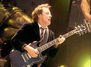 Angus Young při koncertě v roce 2001