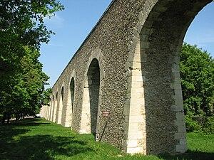 Aqueduc de Louveciennes - Image: Aqueduc de Louveciennes arches coté sud ouest