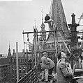 Arbeiders op gaanderij van de Nieuwe Kerk, Bestanddeelnr 912-5002.jpg