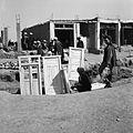Bazar, wyroby stolarskie. Na drugim planie sprzedaż melonów i rozbudowujące się sklepy - Afganistan - 001975n.jpg