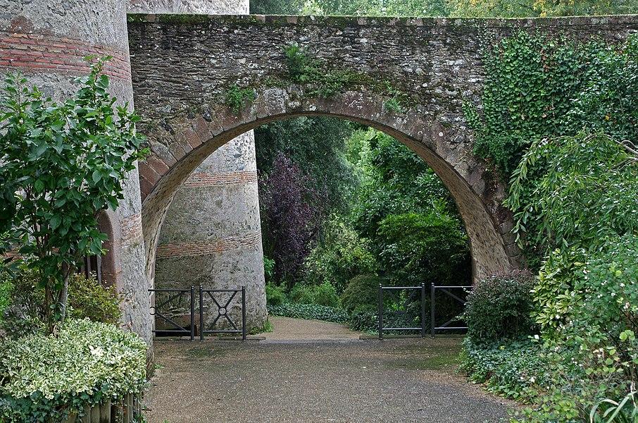 Beaupréau (Maine-et-Loire)  Le château.  Construit sous le duc Foulques Nerra, le château de Beaupréau fit partie d'une chaîne de fortifications pour protéger l'Anjou, à la Marche de la Bretagne.  Le terrain où a été construit le château aurait été donné par le comte d'Anjou, Foulques III (Foulques Nerra)*, à Josselin de Rennes vers 1015. Place forte entourée de palissades et de douves, le lieu servait de refuge aux populations des environs.   Le 9 octobre 1565, Charles de Bourbon, duc de Beaupréau accueillit en son château, le roi de France, Charles IX. Le roi était accompagné de Catherine de Médicis, de la reine de Navarre et de son fils âgé de 12 ans, le futur Henri IV.   Henri de Navarre revint à Beaupréau en 1575. Il y fut reçu par la princesse de la Roche-sur-Yon, veuve de Charles de Bourbon.   A la fin du XVIe siècle, le domaine passe, par héritage féminin (ou par rachat?), de la famille Montespedon* à la famille de Scépeaux*.  Pendant les Guerres de Vendée, le château servira de prison, de fabrique de poudre et d'imprimerie de billets avant d'être brûlé.  En 1944, quand se précisa la menace des bombardements aériens, le château de Beaupréau servit d'abri.   Il a appartenu au Marquis de Scépeaux puis à ses héritiers, les Ducs de Blacas.  En 1959, le château est vendu par le Duc de Blacas à des religieuses qui y installent une clinique-maternité. Cette dernière fermera en 1995. Aujourd'hui, le château est un ensemble immobilier privé.  En décembre 2002, la ville de Beaupréau devient propriétaire des anciennes cuisines, des douves et de la prairie située entre le château et l'Evre.   Le château médiéval connaîtra des transformations architecturales au cours des Xe, XIIe, XVIe, XVIIe, XIXe et XXe siècles. Son aspect gothique date de la fin du XIXe siècle. Au cours du XXe siècle, une extension a été construite dans la cour intérieure, perpendiculairement au corps principal du bâtiment.   Aujourd'hui, le château est composé de trois ailes, une en bordure de l'Evre