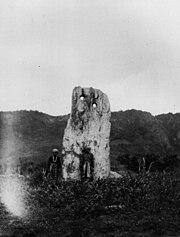 台湾原住民卑南族的月形狀石柱考古遺址。1896年間攝影。