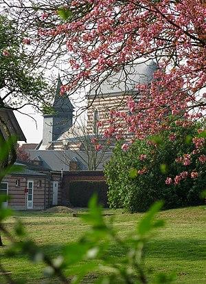 Bertangles - Image: Bertangles église (vue depuis petit chemin vert) 1