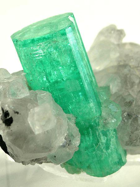 File:Beryl-Calcite-tmu26c.jpg