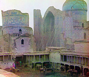 Bibi-Khanym Mosque - A photograph taken sometime between 1905 and 1915 by color photography pioneer Sergei Mikhailovich Prokudin-Gorskii shows the mosque's appearance after its collapse in the earthquake of 1897.