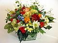 Biedermeierstrauß aus Seidenblumen und präparierten Rosen.JPG