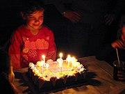Niña en su fiesta de cumpleaños