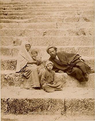 Félix Bonfils - Image: Bonfils, Félix (1831 1885) 766 Gardien du tombeau des rois et sa famille