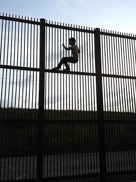 File:Borderwallbrownsvile.jpg
