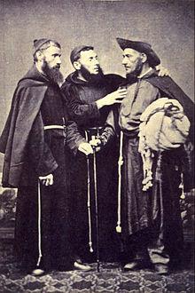 Uma fotografia que mostra 3 homens que estavam vestindo hábitos religiosos