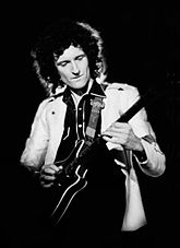 Brian May aportó con la guitarra eléctrica en «Yoü and I».