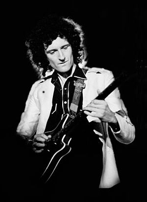 English: Brian May performing with Queen, on h...