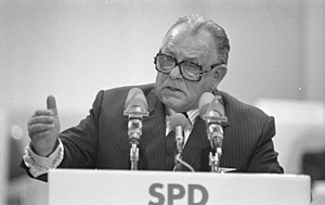Hans-Jürgen Wischnewski - Wischnewski speaking at a SPD party convention, 1988