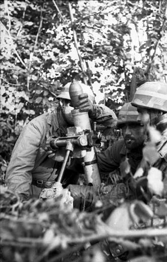 """Fallschirmjäger (World War II) - A Fallschirmjäger mortar crew firing the 8 cm Granatwerfer 42 """"Stummelwerfer""""."""