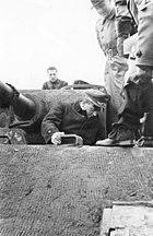 Bundesarchiv Bild 183-2005-0103-502, Albert Speer bei Panzer-Besichtigung