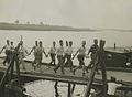 Burgerdeelnemers op het parcours van 55 km. op de pontonbrug bij Cuijk op de der – F40641 – KNBLO.jpg