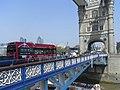 Bus auf der Tower Bridge.jpg
