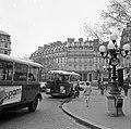Bussen in de Avenue de l'Opera, met op de achtergrond het Hôtel du Louvre, Bestanddeelnr 254-0330.jpg