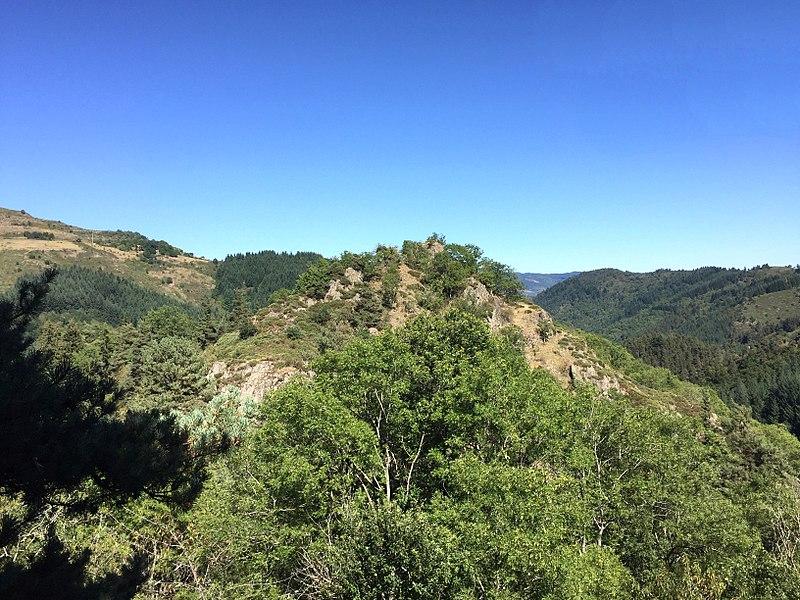 Photo de la colline de Chambarlhac, sur laquelle fut construit un château féodal, cité pour la première fois en 1014, et qui donna son nom à la Seigneurie de Chambarlhac et à la famille noble qui porta ce nom. Commune de Chanéac, Ardèche, France.  Août 2017